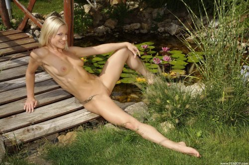 Sabina T. на лужайке