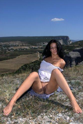 Раскрепощённая брюнетка Marla T. сняла одежду и фоткается в горах голая