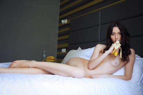 Zsanett Tormay  с бананом