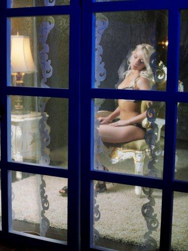 Подглядываем через окно за эротичным обнажением Adele в нейлоновых чулках