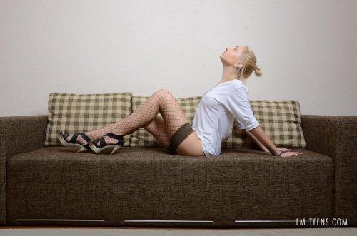Вика на диване