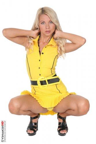 Эротичная фотомодель Lea Tyron снимает жёлтые трусики для студии VirtuaGirl
