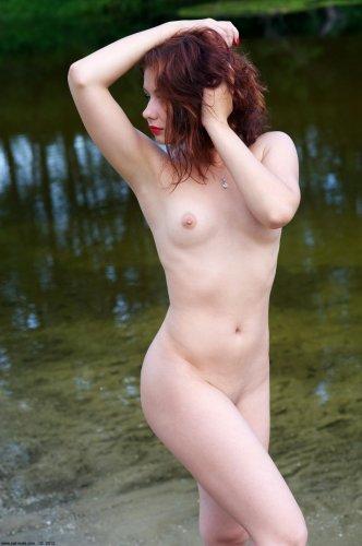 Марина плещется в реке