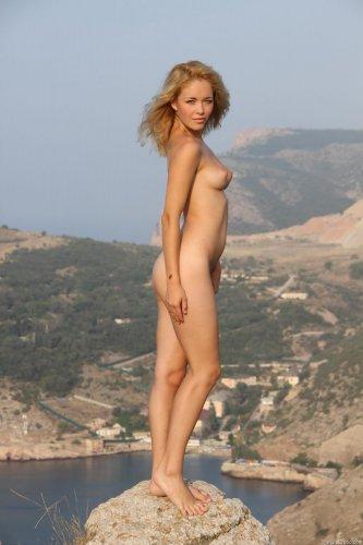 Alissa White на краю обрыва