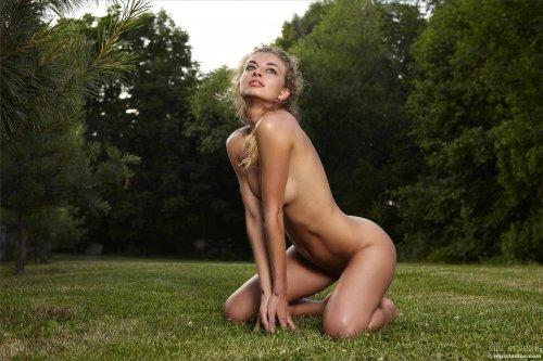 Саша на лужайке