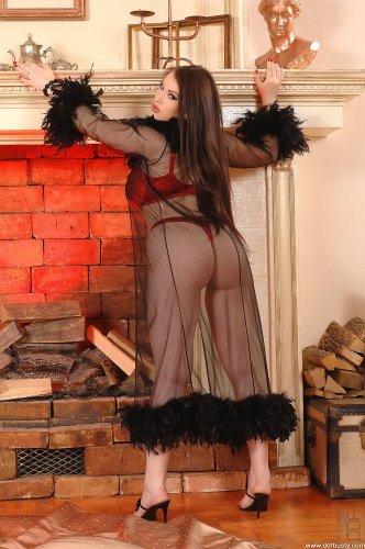 Пухленькая голая тёлка Tanya Song с огромными висячими титьками у камина