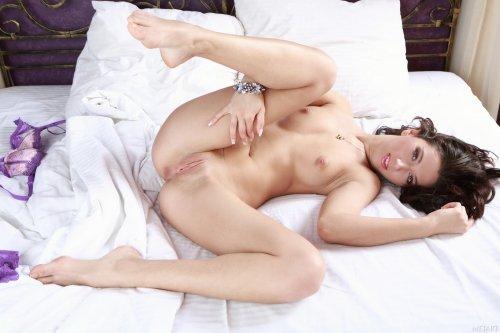 Жанна одна в номере