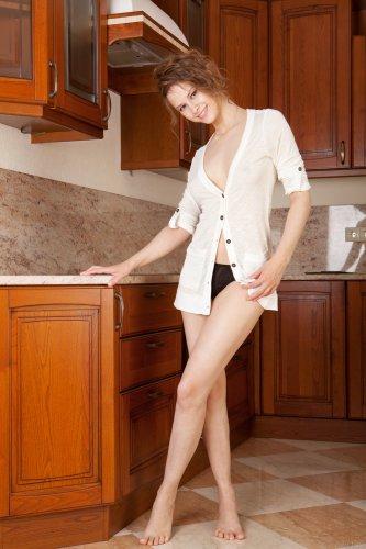 Жопастая красавица Beata показывает пизду крупным планом на кухне