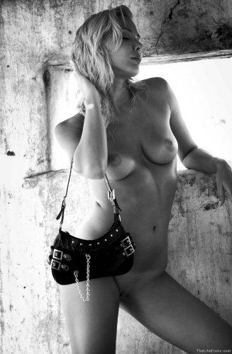 Чёрно-белая эротика от Ameli с хорошей фигурой и студии TheLifeErotic
