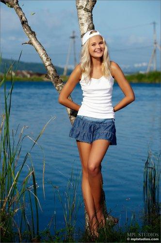 Очаровательная Talia обнажается у озера