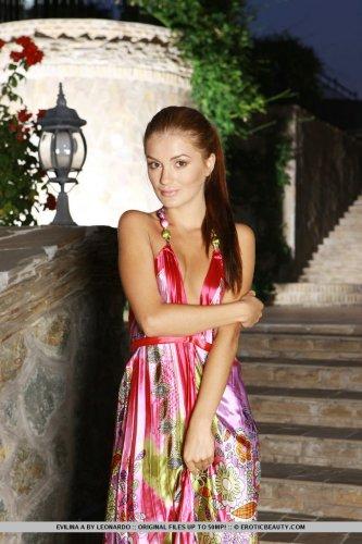 Красотка Evilina A снимает платье и демонстрирует новую интимную причёску