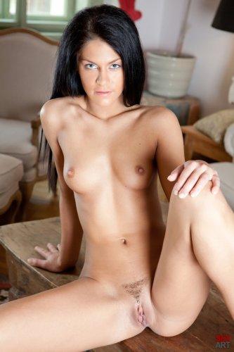 Стройная брюнетка Francesca B с интимной срижкой демонстрирует идеальную пизду