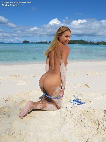Загорелая жгучая сучка Nikky Thorne сняла купальник и мастурбирует на пляже