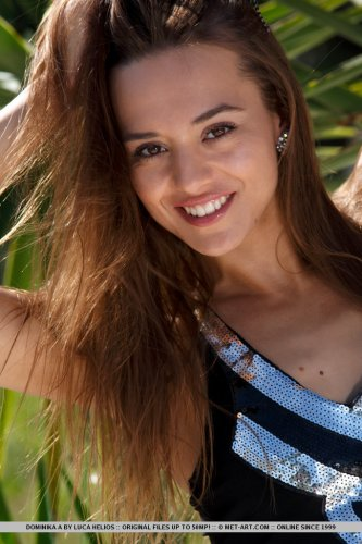 Dominika с интимной причёской снимает откровенное платье и фоткается на белых камнях