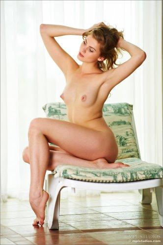 Русская длинноногая красавица Katsia фоткается голая на лежаке в санатории