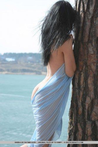 Частные эротические фотографии симпатичной Vivien на берегу озера