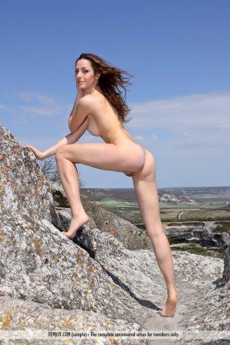 Эротическая фотосесия симпатичной обнажённой Vani на природе в горах
