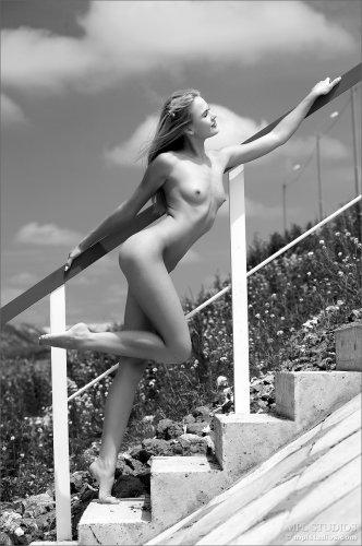 Стройная студентка Talia Blonde фотографируется голая под мостом