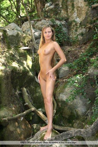 Частные эротические фото голой красавицы Merit в лесу с охрененной попкой