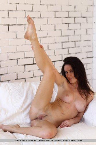 Гламурная жопастая брюнетка Ludmila раздвигает ноги на эротических фото