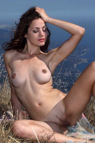 Соблазнительная дама без одежды Vani L делает эро фото на высокой горе