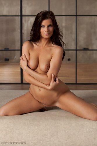 Голая фотомодель Megan Cox с красивым сексуальным телом в студии Erotic Snap