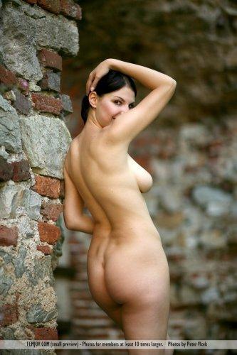 Соблазнительная раздетая Laura с натуральными формами на фоне развалин