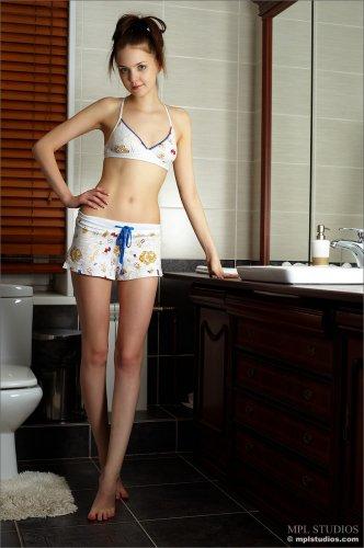 Молодая девица Amelie Yuliya разделась в ванной и показала эротику