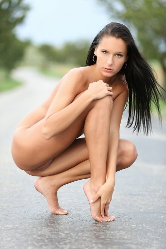 Абсолютно голая Diana G на дороге