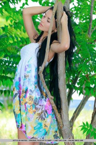 Обнажённые фото Kitti A с линией загара от трусиков и на сосках на природе