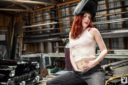 Сексуальная девушка автомеханик Haydn снимает красное нижнее бельё
