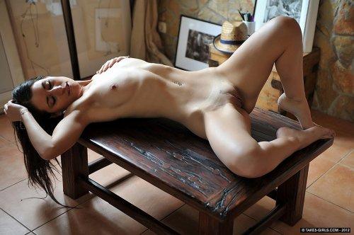 Эротические частные фотографии обнажённой красавицы Jess West на столике