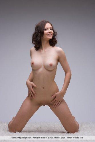 Улыбчивая обнажённая девушка Nicolette на эротических фото студии Femjoy
