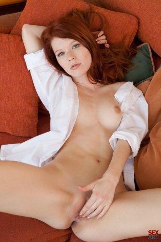 Загадочная нимфа Mia Sollis снимает трусики и показывает эротику на рыжем диване