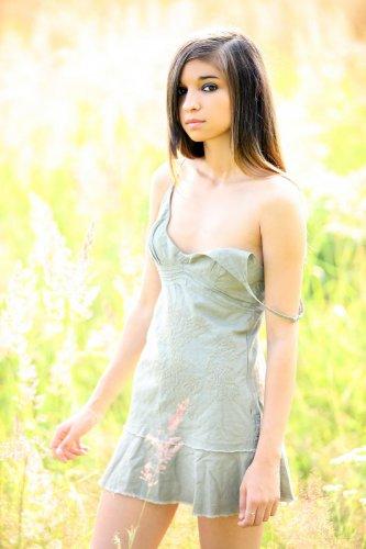 Скромная голая студентка Nika Nikola демонстрирует бритую киску в поле