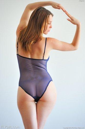 Хорошенькая девушка Megan Loxx в сексуальном прозрачном боди
