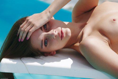 Милая брюнетка Indiana Belle сняла синий купальник и показала голое тело