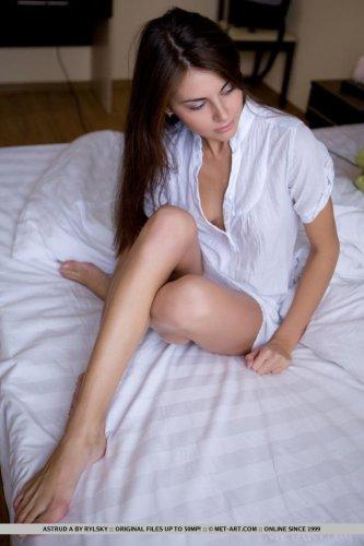 Симпатичная развратница Alannis демонстрирует вагину крупным планом на фото