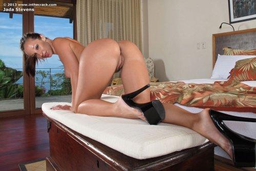 Жопастая порноактриса Jada Stevens вставила голубой вибратор в анус
