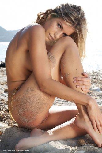 Сексопильная гладкая попка страстной блондинке Iveta Vale на пляже
