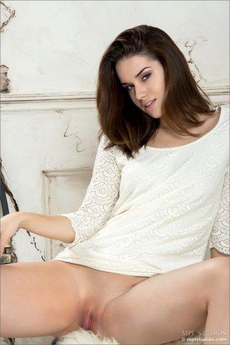 Страстная молодая фотомодель Tara I показала вагину крупным планом