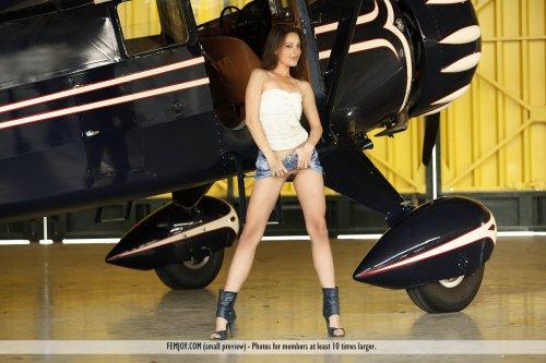 Эротические фото стройной молодей модели Lorena на фоне самолёта