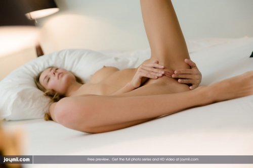 Знаменитая голая красотка Katya Clover сняла трусики для Joymii.com