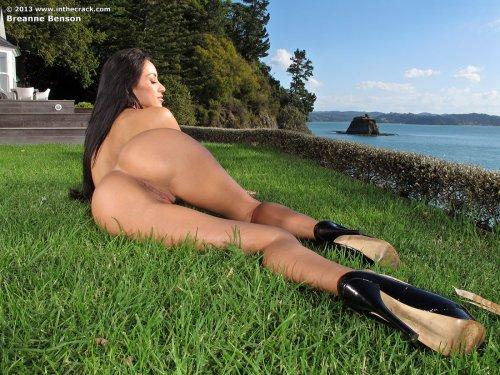 Модель Breanne Benson с силиконовой задницей позирует голая на траве