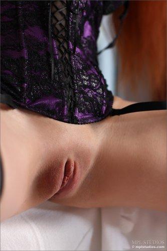 Сексуальная рыжая Solana A в чёрных нейлоновых чулках и без трусов
