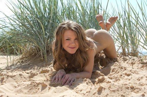 Великолепная Viola Bailey с пышной натуральной грудью голая на песчаном пляже
