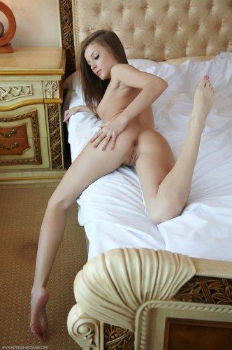 Молодая красивая студентка Alyssa A на эротическом кастинге в номере отеля