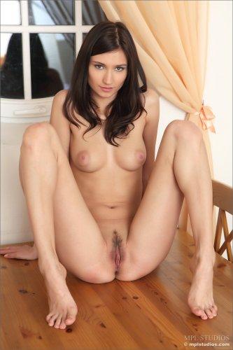 Длинноногая брюнетка Vila A показала небритую пизду на кухонном столе