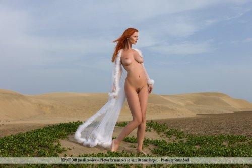 Рыжеволосая топ-модель Piper Fawn с идеальным голым телом на фоне пустыни