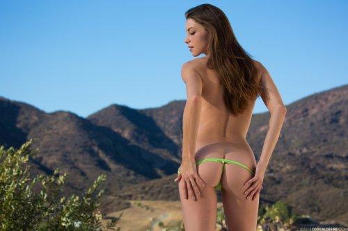 Милая Amber Sym в кружевных зелёных стринги фоткается голой на фоне гор
